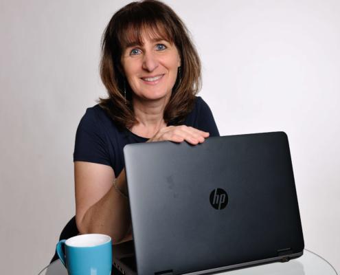web updates kmu GmbH-wuk-WordPress und SEO Agentur - Helene Umiker mit PC Bild